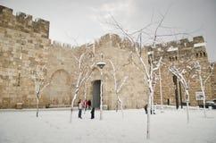 Jerusalem väggar under snowfall Arkivbild
