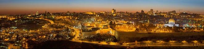 Jerusalém - o panorama do Monte das Oliveiras à cidade velha no crepúsculo Imagens de Stock