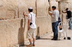 JERUZALEM - Augustus 26: De Joden bidt bij de Westelijke Muur 26 Augustus, 2010 in Jeruzalem, Israël Royalty-vrije Stock Foto