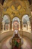 Jeruzalem - de crypt van Dormition-abdij met standbeeld van dood Maagdelijke Mary en mozaïek op wault Stock Foto