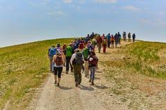 Jeruzalem - 10 04 2017: Groeps mensen trekking in mountais Stock Fotografie