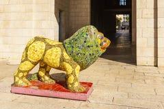Jeruzalem, Israël - April 02, 2018: Het gele standbeeld van het leeuwmozaïek op Safra-vierkant in stadscentrum royalty-vrije stock afbeelding