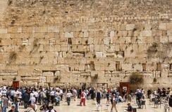 JERUZALEM, ISRAËL - April 2, 2018: Mensen dichtbij de Westelijke Muur in de oude stad Jeruzalem bij Pesach-vakantie stock afbeeldingen