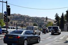 Jeruzalem, Israël, auto's in het deel van het oosten van de stad, Onderstel van Olijven op de achtergrond, dicht bij oude stad stock afbeelding