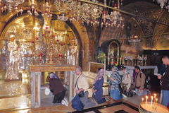 JERUZALEM, ISRAËL - 26 februari 2017 - Christelijke Pelgrims bij de Kerk van het Heilige Grafgewelf Royalty-vrije Stock Fotografie