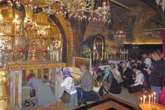 JERUZALEM, ISRAËL - 26 februari 2017 - Christelijke Pelgrims bij de Kerk van het Heilige Grafgewelf Royalty-vrije Stock Afbeeldingen