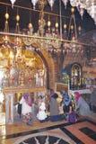 JERUZALEM, ISRAËL - 26 februari 2017 - Christian Pilgrims bij de Kerk van het Heilige Grafgewelf Royalty-vrije Stock Foto's