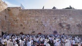 JERUZALEM, ISRAËL - 26 februari 2017 - Joden die bij de westelijke muur bidden Royalty-vrije Stock Afbeeldingen