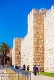 JERUZALEM, ISRAËL - FEBRUARI 20, 2013: Mensen die langs Muur lopen Stock Foto's