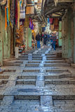 JERUZALEM, ISRAËL - FEBRUARI 20, 2013: Toeristen die herinneringen kopen Royalty-vrije Stock Afbeeldingen