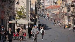 JERUZALEM, ISRAËL - FEBRUARI 10, 2015: Toeristen en burgers die op de Jaffa-Straat lopen stock video