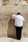 JERUZALEM, ISRAËL - MAART 15, 2016: Mens die bij de Loeiende Muur in de oude stad Jeruzalem bidden (Israël) stock afbeeldingen