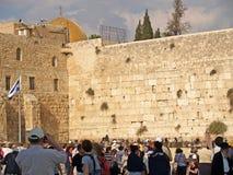 Jeruzalem, Israël Mening van de Loeiende Muur met mensen Stock Afbeeldingen