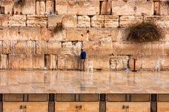 JERUZALEM, ISRAËL NOVEMBER 2011: mens die dichtbij Westelijke muur bidden Stock Afbeelding