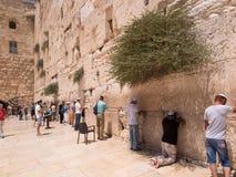 JERUZALEM - Juli 15: Joodse gebeden en pelgrims naast Westelijk Stock Foto