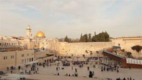Jeruzalem, westelijke muur en koepel van de rots, de vlag van Israël, algemeen plan stock footage