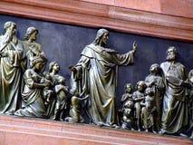 Jesús con el alivio de bronce de los niños Fotos de archivo libres de regalías