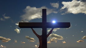 Jesús en la cruz, cierre para arriba, puesta del sol del lapso de tiempo, día a la noche, cantidad común