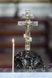 Jesús en la cruz con el burning de la vela Imágenes de archivo libres de regalías