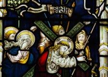 Jesús que lleva la cruz en vitral Imagen de archivo libre de regalías