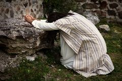 Jesús que ruega en el jardín de aceitunas imagen de archivo