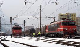 JESENICE, ΣΛΟΒΕΝΙΑ - 2 ΜΑΡΤΊΟΥ 2018: Σλοβένικη κατηγορία 363 ` s σιδηροδρόμων έτοιμο να αναχωρήσει μια χειμερινή ημέρα Στοκ Εικόνα