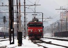 JESENICE SLOVENIEN - MARS 2 2018: Slovensk järnväggrupp 363 som är klar att avgå på en vintrig dag Arkivbilder