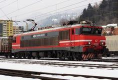 JESENICE SLOVENIEN - MARS 2 2018: Slovensk järnväggrupp 363 som är klar att avgå på en vintrig dag Royaltyfri Foto