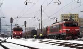 JESENICE SLOVENIEN - MARS 2 2018: Slovensk ` s som för järnväggrupp 363 är klar att avgå på en vintrig dag Fotografering för Bildbyråer