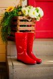 Jesień Wiosna Ochrona w deszczu czerwoni gumowi buty na schodkach Ulica, domowy wejście raindrops kosmos kopii obrazy royalty free
