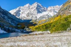 Jesień śnieg wewnątrz Wałkoni się zatoczki dolinę Fotografia Royalty Free