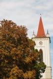 jesień błękitny miasta ulistnienia krajobrazu nieba drzewa yellow zdjęcia stock