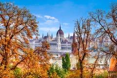 Jesień Budapest, piękny widok Danube bulwar i Węgierski parlament zdjęcia royalty free