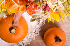 Jesień bukiet, banie, przylądka agrest na drewnianym Zdjęcie Stock