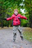 jesień chłopiec doskakiwania park Zdjęcie Royalty Free