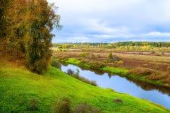 Jesień chmurny krajobraz Soroti rzeka i jesieni lasowi drzewa w Pushkinskiye Krwawym, Rosja - miękka część filtr stosować Obraz Royalty Free