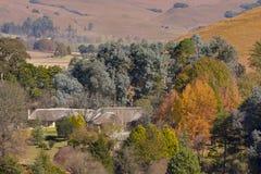 Jesień dom wiejski blisko Underberg w Drakensberg pasmie górskim w Południowa Afryka i colours Zdjęcia Stock