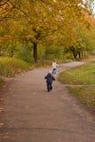 jesień dzieci bawią się s Obrazy Royalty Free