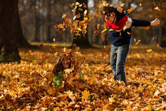 jesień dzieciaków parkowy bawić się zdjęcie stock