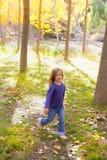 Jesień dzieciaka dziewczyna biega topolowego drzewa ruchu lasową plamę Obrazy Royalty Free