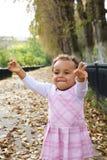 jesień dziecka śliczni z podnieceniem dziewczyny liść Fotografia Royalty Free