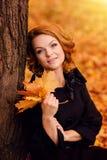 jesień dziewczyny plenerowy parkowy strzał obrazy stock