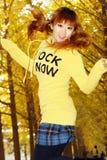 jesień dziewczyny szczęśliwy doskakiwanie Zdjęcie Stock