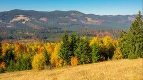 Jesień Góra krajobraz z postem Chmurnieje i Kolorowi drzewa zbiory