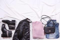 Jesień i zima fasonujemy blogger ` s strój Różowa wełna dział kardigan, niebieskich dżinsy od drelichu i czarną torbę, Zdjęcie Royalty Free