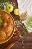 Jesień jabłczany kulebiak i cynamonowy napój Zdjęcia Stock