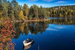 Jesień jeziora przy Norwegia łodzią na cumowaniu Zdjęcia Stock