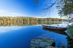 Jesień jeziora przy Norwegia cumowali łódź Obraz Stock