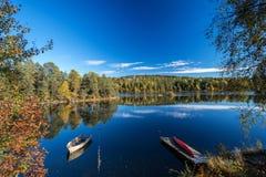 Jesień jeziora przy Norwegia kajakiem i łodzią Zdjęcia Stock