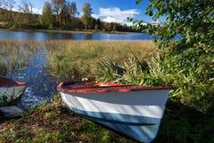 Jesień jeziora przy Norwegia porzucali łódź Zdjęcia Royalty Free